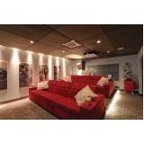 sala de cinema residencial com projetor